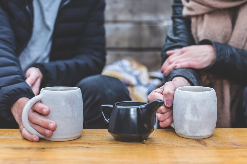 Мужчина и женщина пьют чай