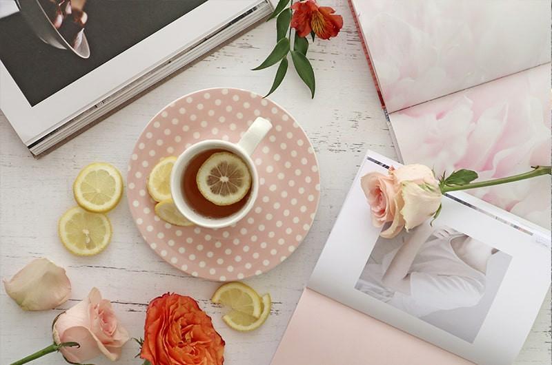 Чашка чая с лимоном розы книги