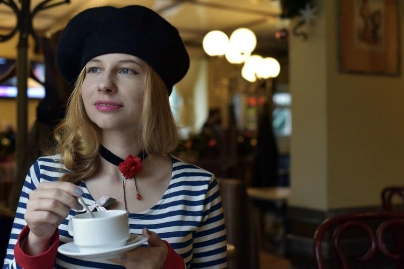 Девушка в шапке с чашкой