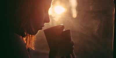 Девушка чай полумрак