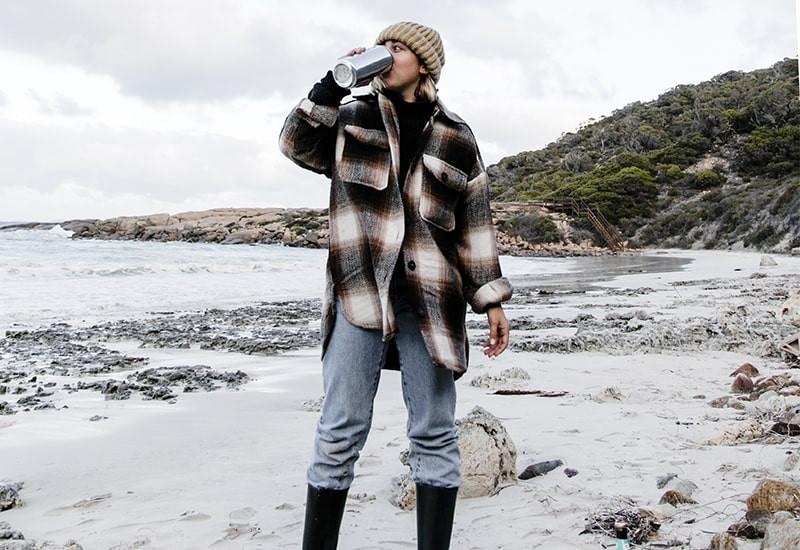 Девушка пляж термос
