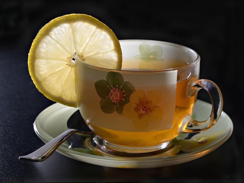 Расписная чашка чая с лимоном