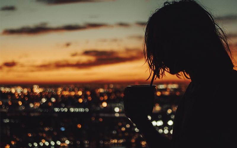 Девушка на закате пьет мате