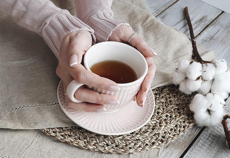 Женские руки чашка чая