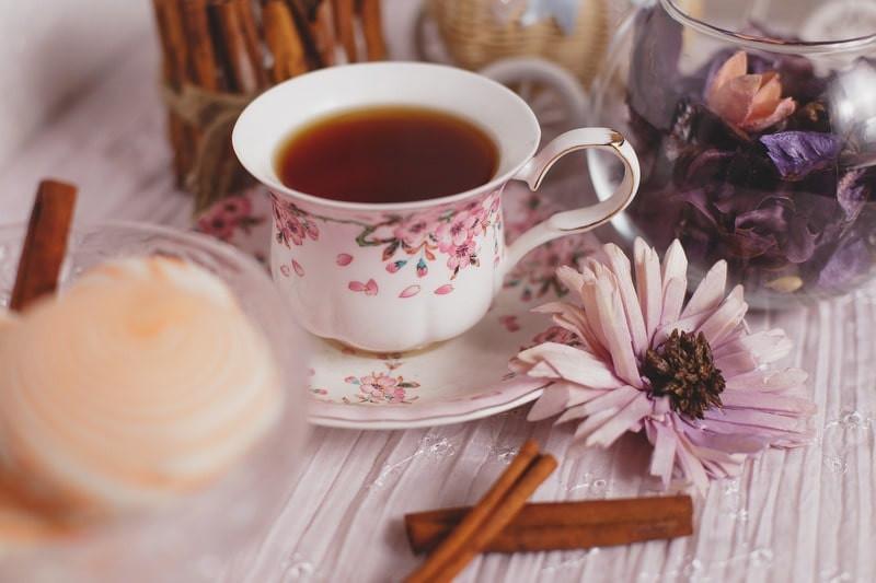 Чашка черный чай цветы
