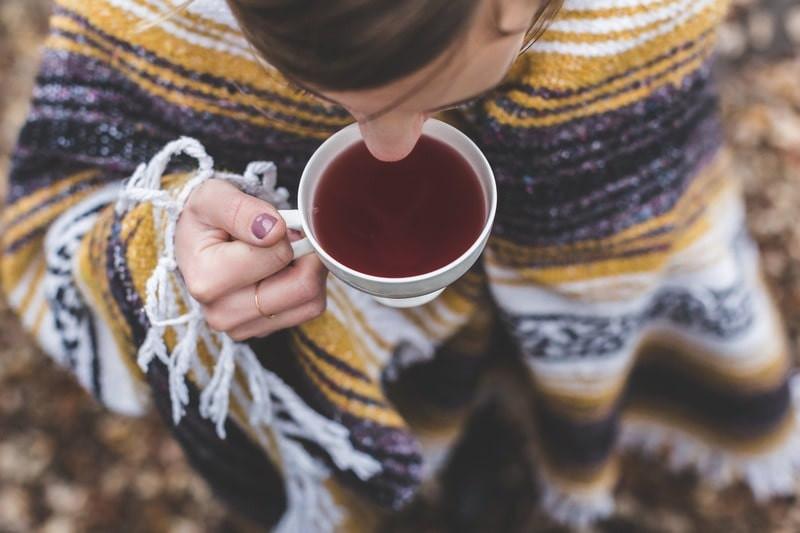Пьет чай вид сверху