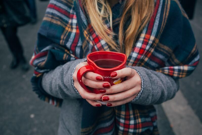 Девушка с красной кружкой