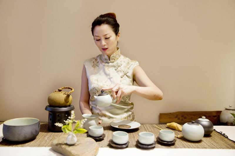 Женщина китайская чайная церемония