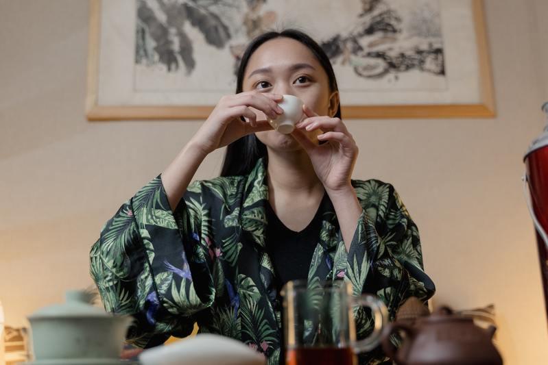 Китаянка пьет чай