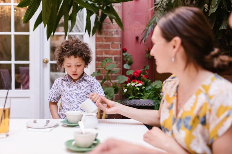 Ребенок женщина пьют чай