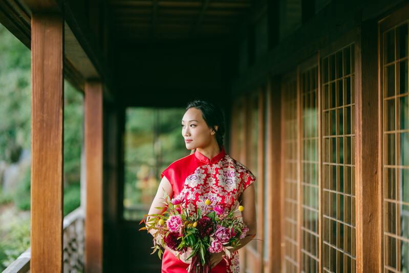 Женщина в красном платье с цветами