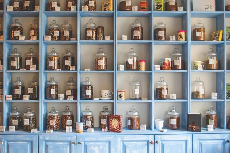 Банки с чаем и специями