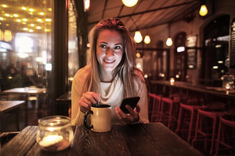 Девушка смартфон кружка