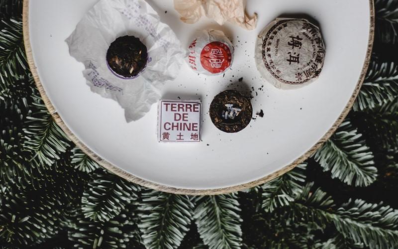 Китайский чай в упаковке на тарелке