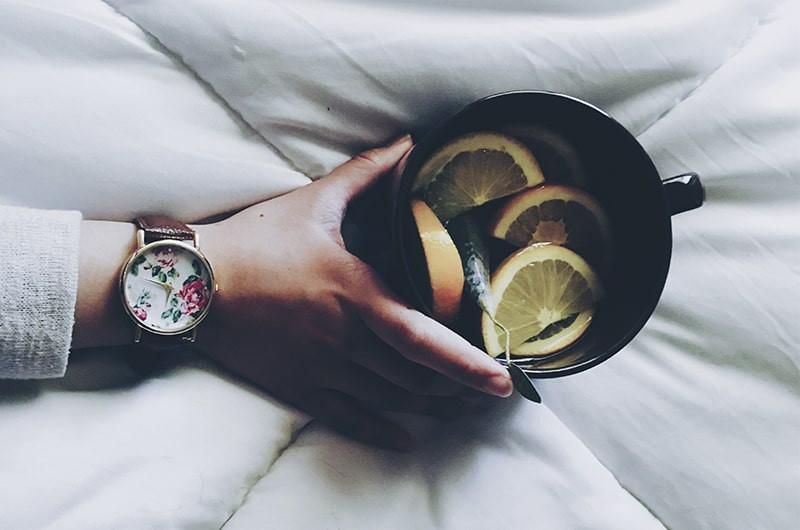 Рука часы кружка лимон