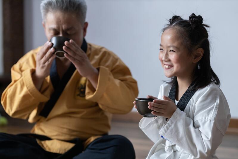 Старик и девочка чай