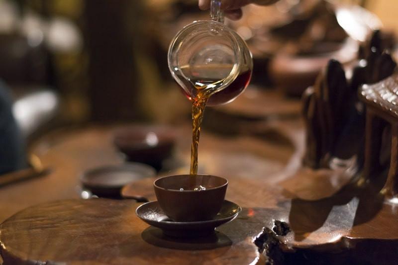 Чашка разлив чай