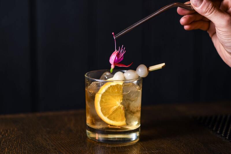 Стакан с фруктово-лимонным напитком