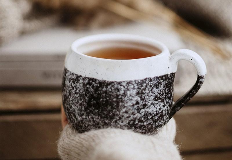 Чашка чая в руке