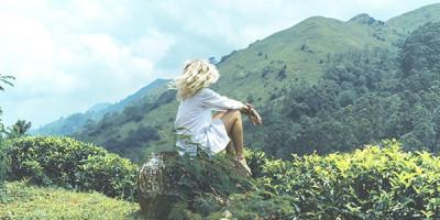Девушка на фоне склона горы