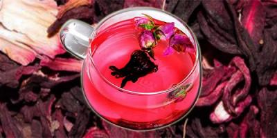Чашка чая каркаде на лепестках