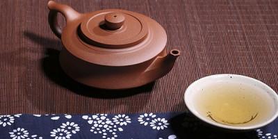 Чайник чашка с чаем