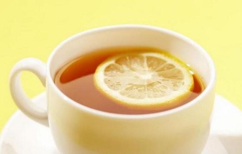 Желтая кружка с чаем и лимоном