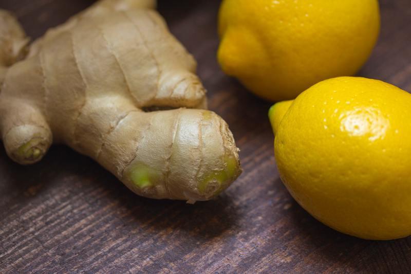 Корень имбиря и лимоны