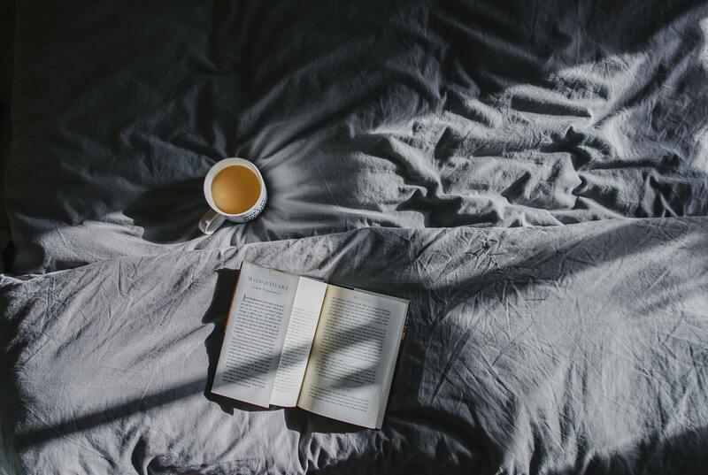 Постель книга кружка чая