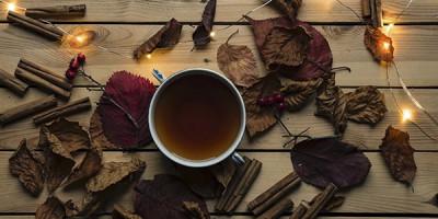 Чашка чая на столе гирлянда