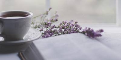 Чашка книга цветы