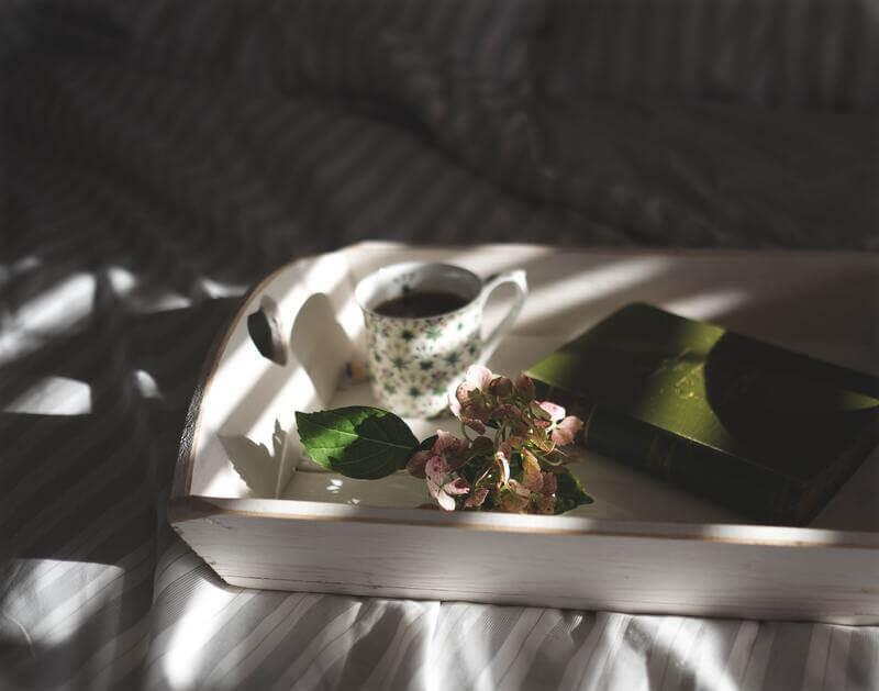 Травяной чай на подносе в постели