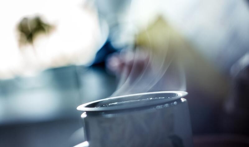 Чашка с дымком на размытом фоне