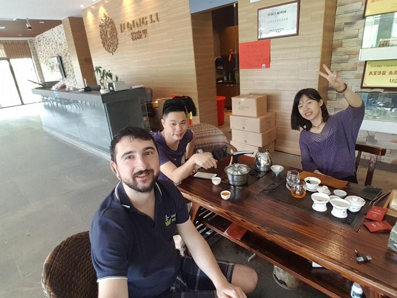 Компания в китайской чайной