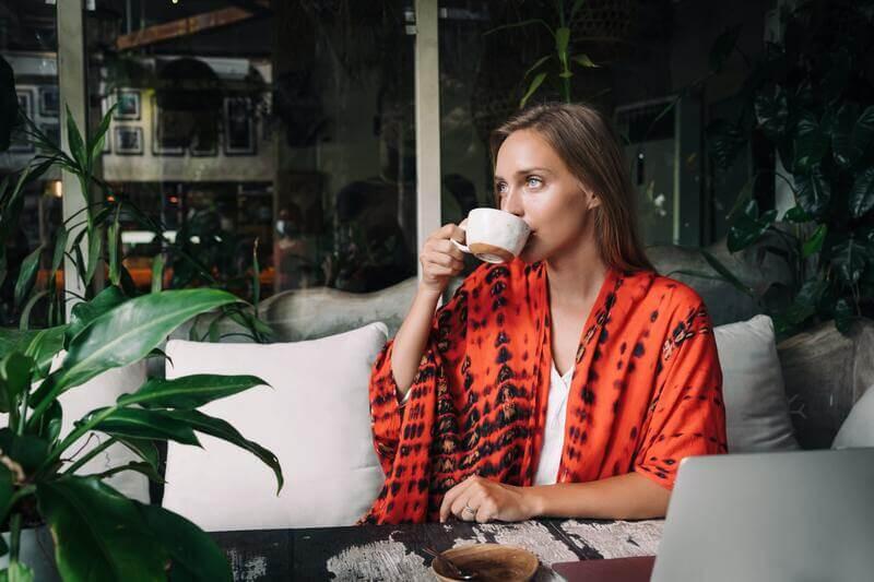 Девушка в кафе пьет чай