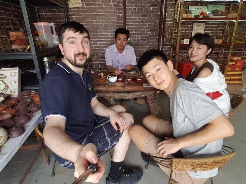 Юрий в компании в чайной в китае
