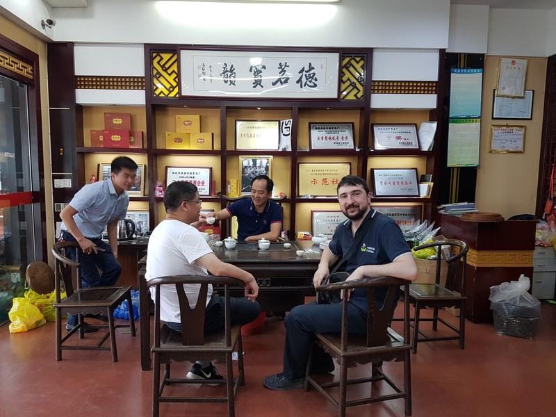 Группа людей в китайской чайной