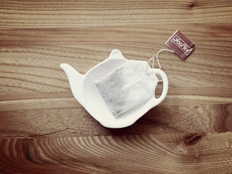 Чайный пакетик на тарелке