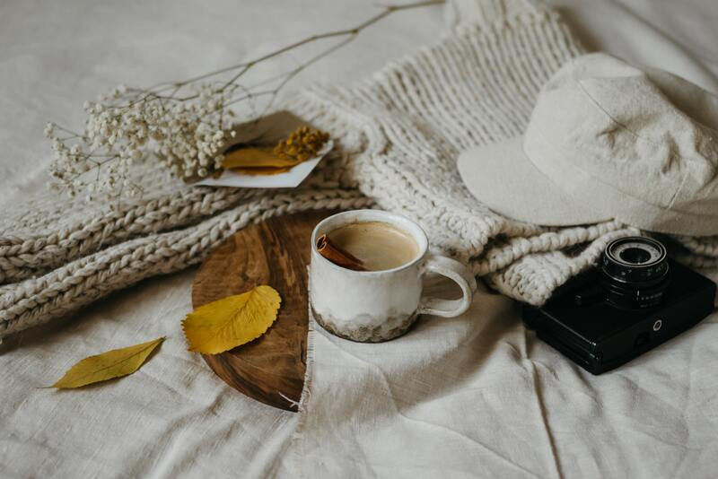 Чашка чая корица фотоаппарат листья