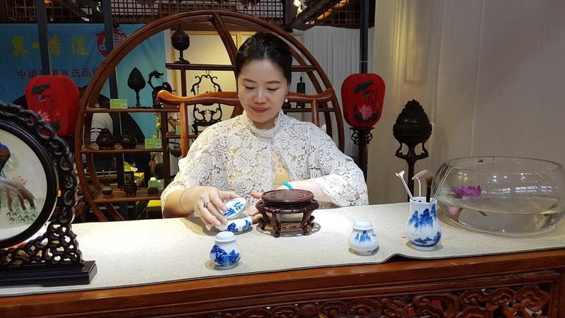 Китаянка мастер чайного мастерства