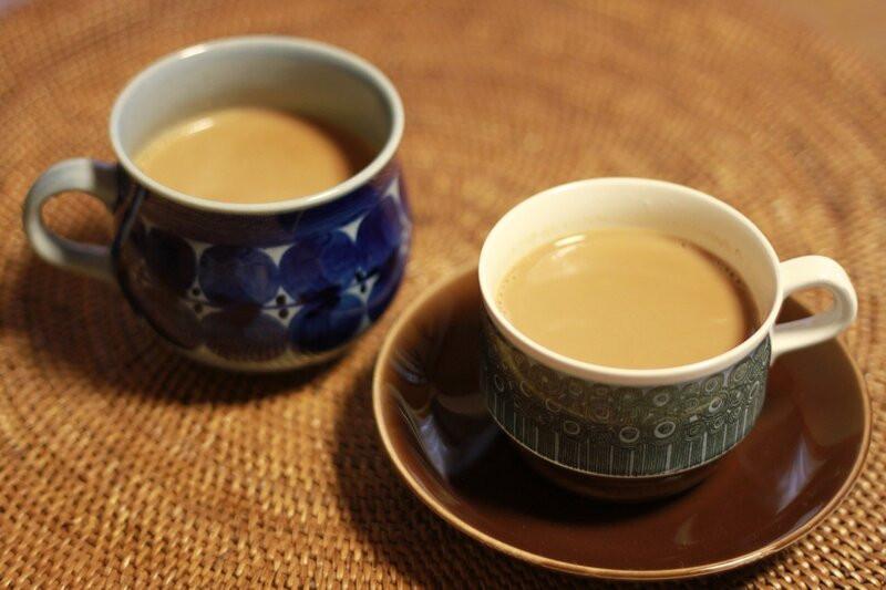 Две чашки чая с молоком