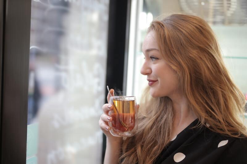 Девушка у окна в хорошем настроении