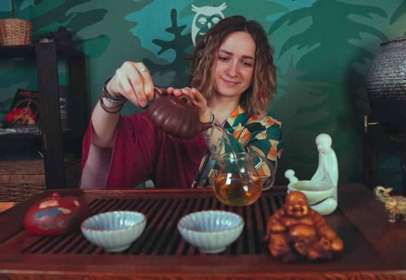 Девушка мастер чайного искусства