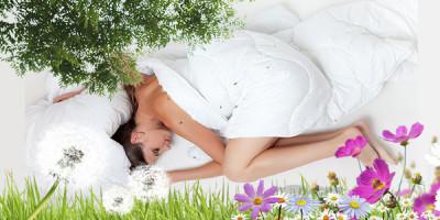 Девушка спит в окружении зелени