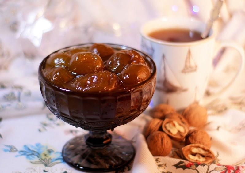 Кружку чая с вареньем и орехами