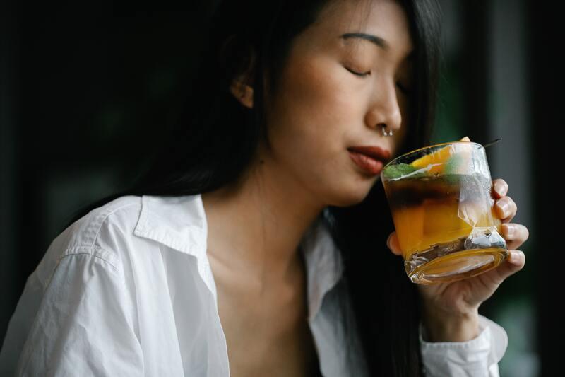 азиатка пьет чай
