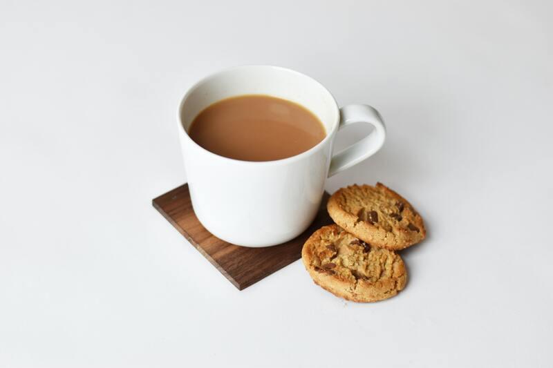 Чашка чая с молоком и печенье
