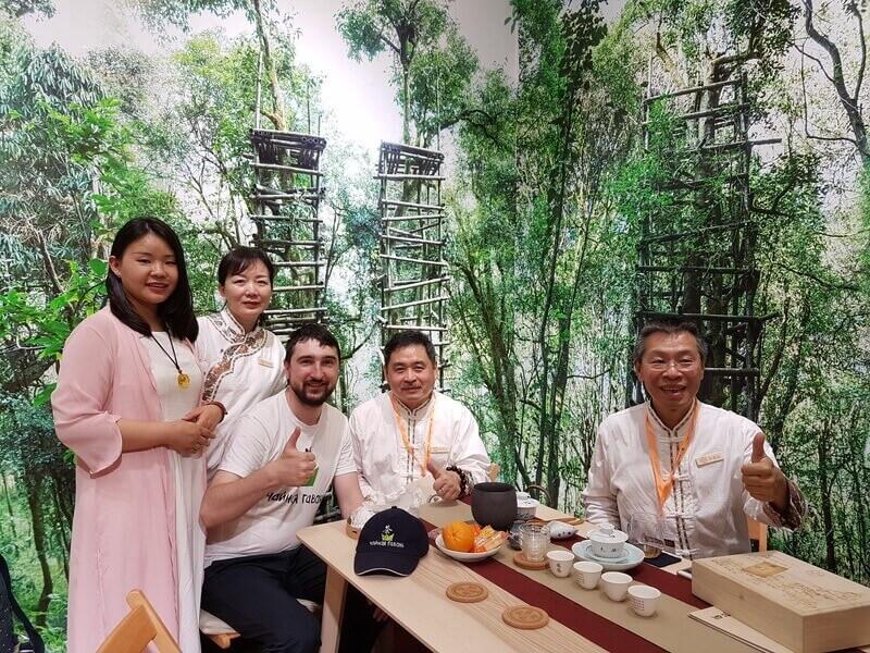Юрий с китайскими мастерами чайной церемонии