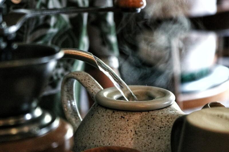 Заваривают чай в фарфоровый чайник