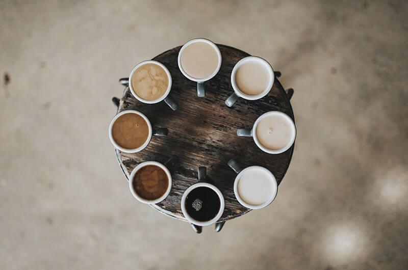 Кружки с чаем с молоком на круглом столе